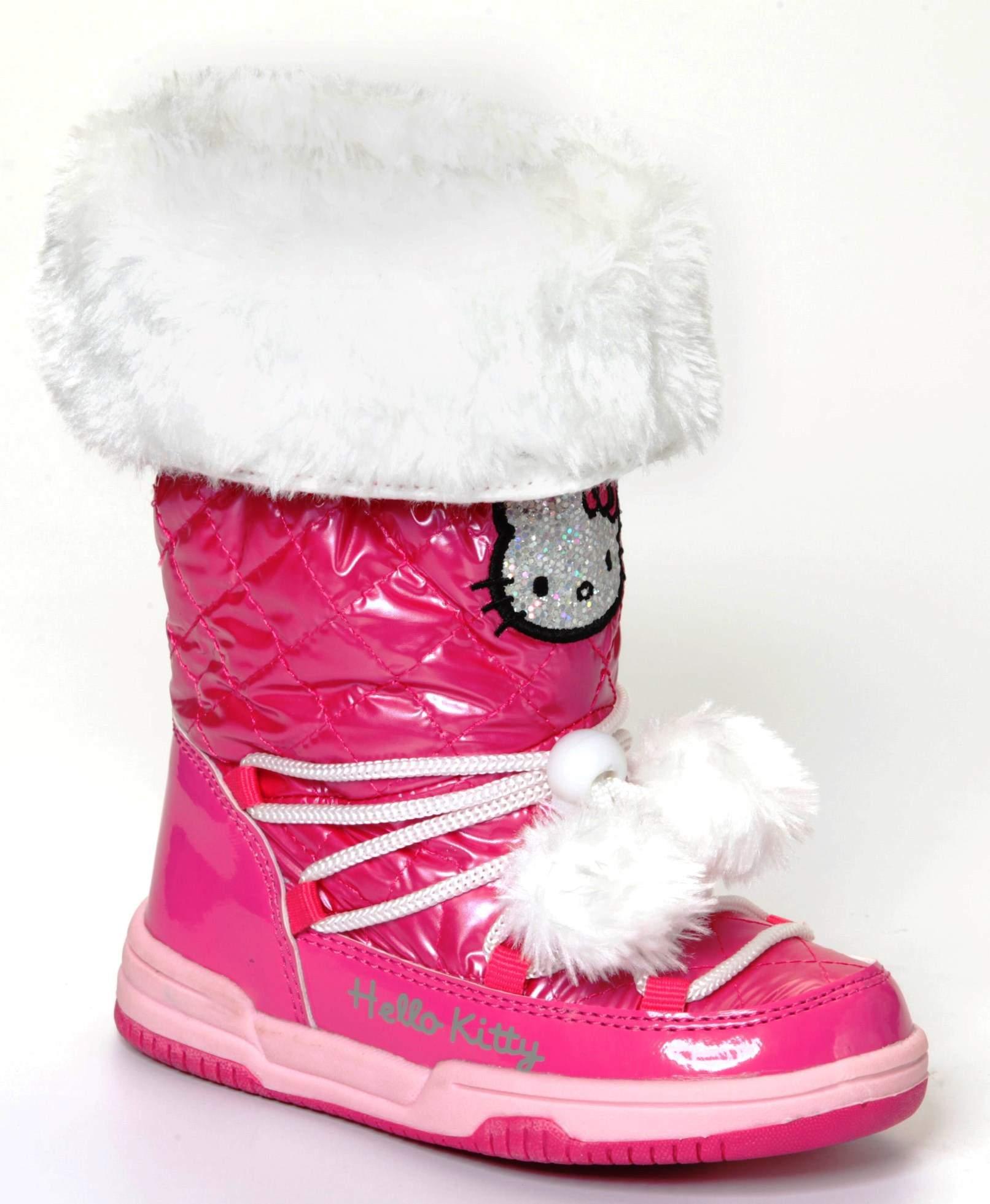 """פרווה ופונפונים צחורים. ו""""הלו קיטי"""" בחרטום. כ-220 שקלים. נעלי גלי. צילום: מנחם עוז"""