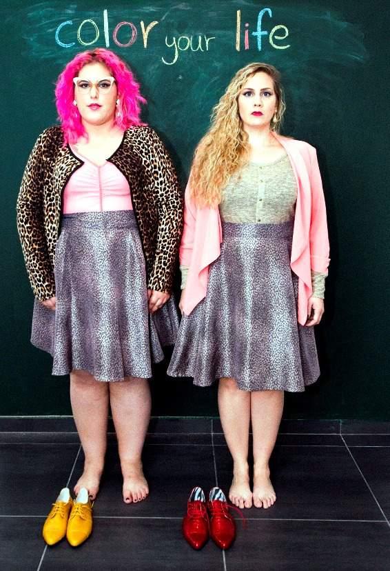 מיכל שם טוב (מימין) בחצאית של בי הוני, סריג של טליה וז'קט של מידות קום. גאלה רחמילביץ' בחצאית וחולצה של הוני בי וקרדיגן של מידות קום. צילום: הדר יהב