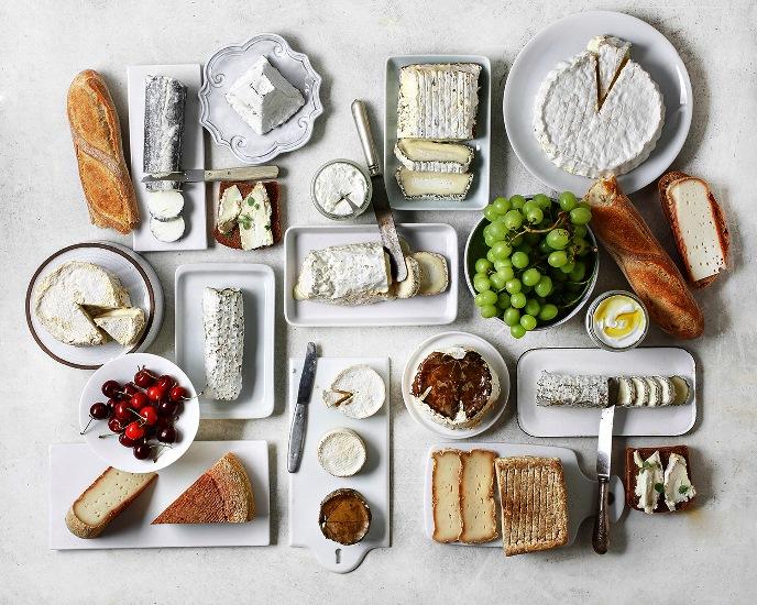 שולחן ערוך לשבועות עם הגבינות של מחלבת עפאים. צילום דן פרץ. סטיילינג נורית קריב