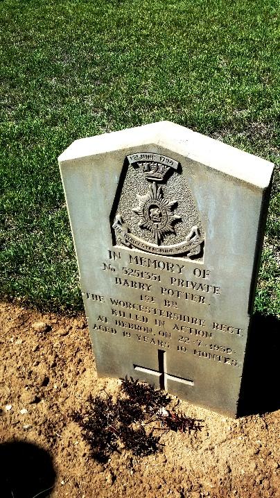 מצבה על קברו של הארי פוטר בבית הקברות הבריטי ברמלה
