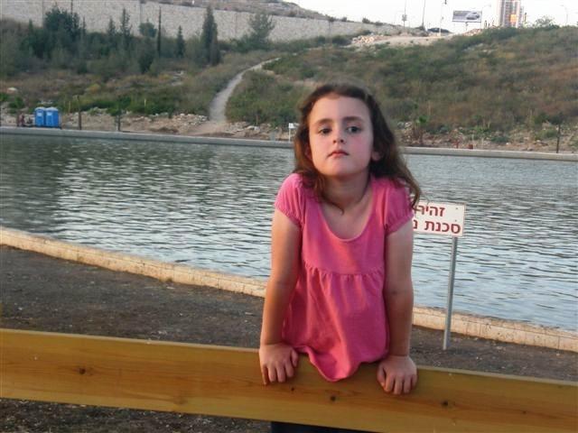 הודיה בת 6 על שפת האגם