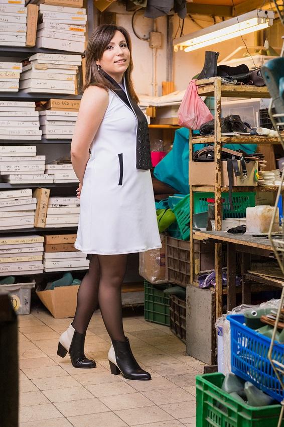 דיאנה גולובוב במגפונים בשני צבעים. צילום