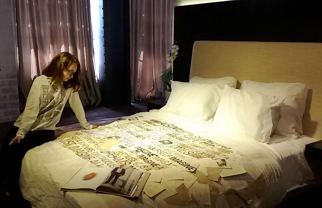 מיטת עמינח של עודד שטרן מירז. דוגמנית: נעמה שיזף. צילום: נ. גולן