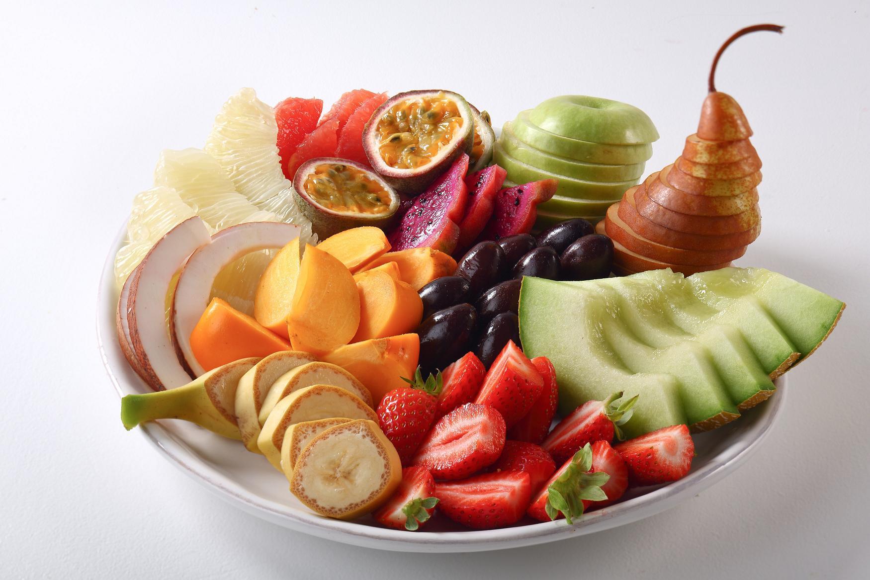 """פירות העונה קלופים, חתוכים ומוכנים לאכילה. מתוקה """"רום סרוויס"""""""