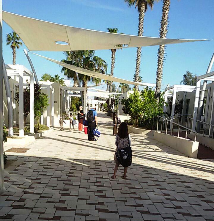 מלון אירוס המדבר. המדרחוב בין החדרים. צילום נ. גולן