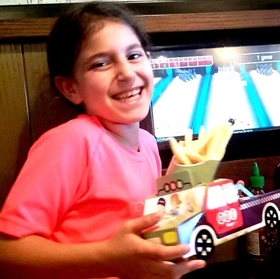 מנת ילדים במארז דמוי משאית קרטון צבעונית. מסעדת BBB בקריית גת. צילום נ. גולן