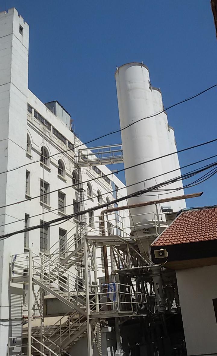 """הבניין שמימן הברון אדמונד דה רוטשילד. הטחנות הגדולות של א""""י בחיפה"""