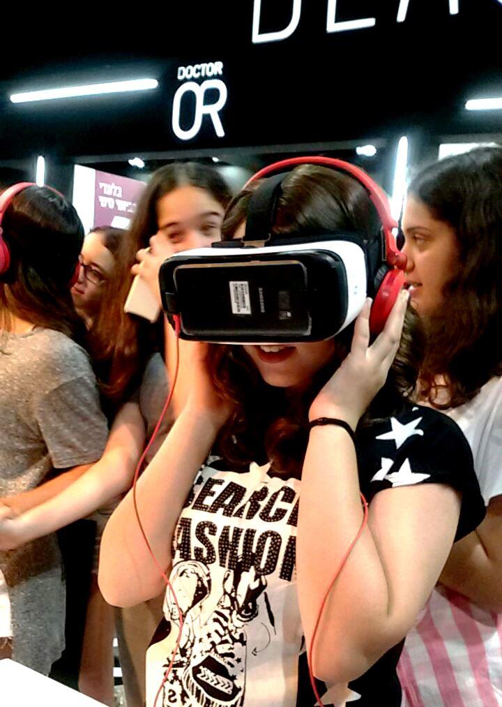 בנות משתעשעות בפינת משקפי המציאות המדומה