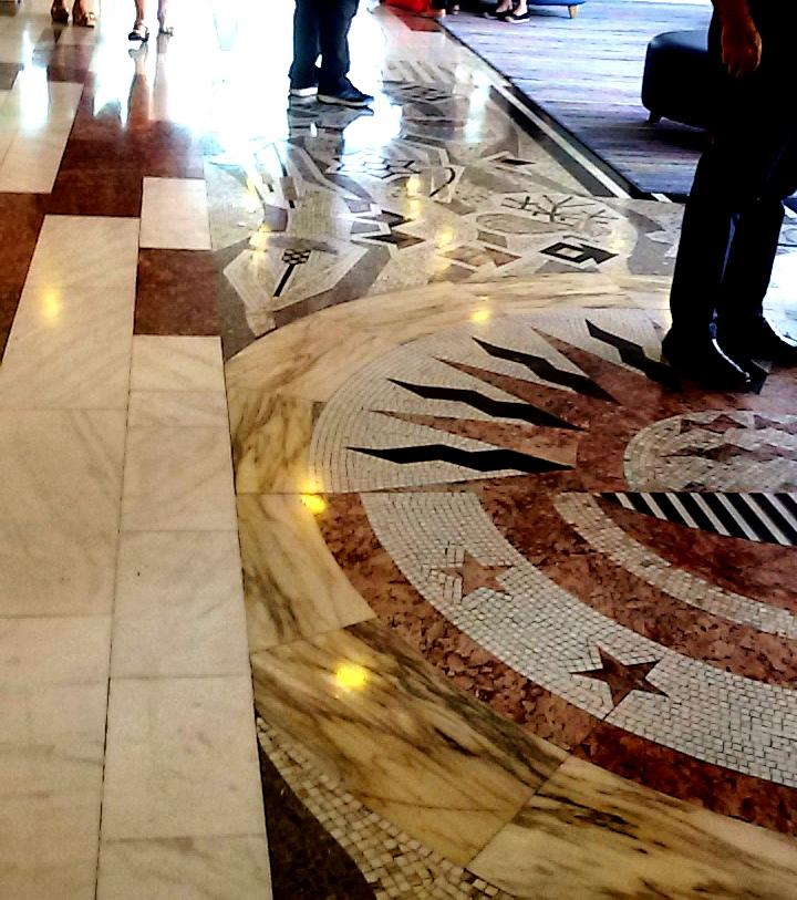 מלון גרנד ביץ' תל אביב. רצפת פסיפס מעוצבת בלובי