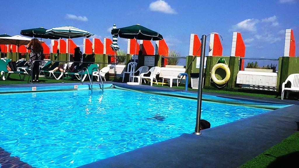 מלון גרנד ביץ' תל אביב. הבריכה על הגג