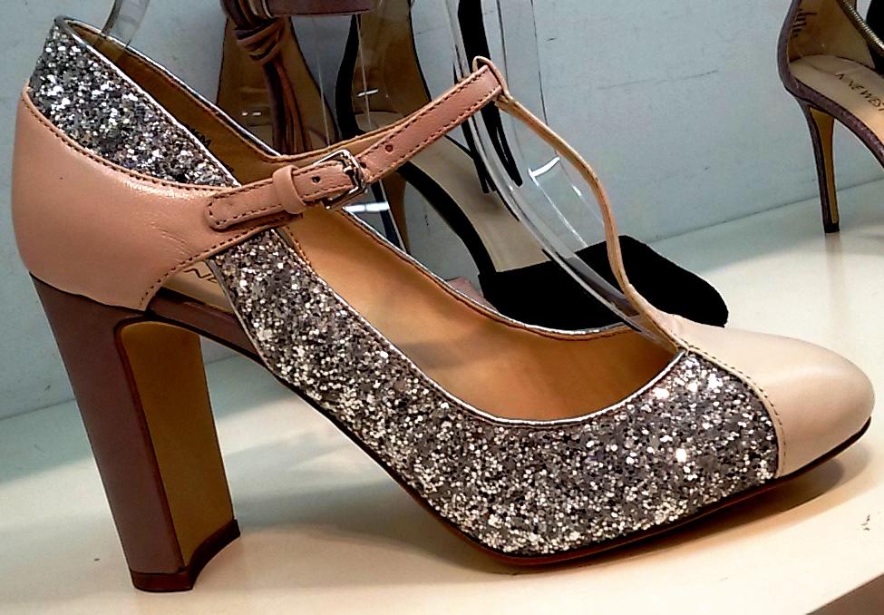 נצנצים. שילוב חומרים שונים באותה הנעל. ריבוי רצועות. ניין ווסט