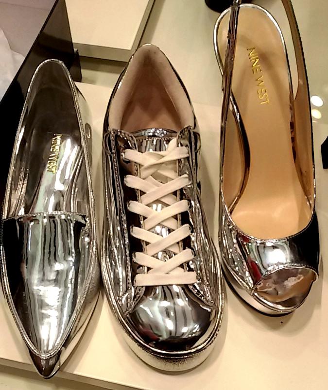 המראה הכסוף בכל סגנונות הנעליים. שימו לב גם לשרוכים. ניין ווסט