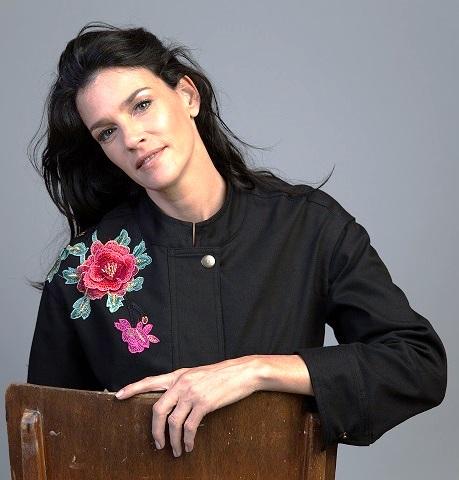 הגרה. מעילים וז'קטים שחורים עם רקמת פרחים צבעונית