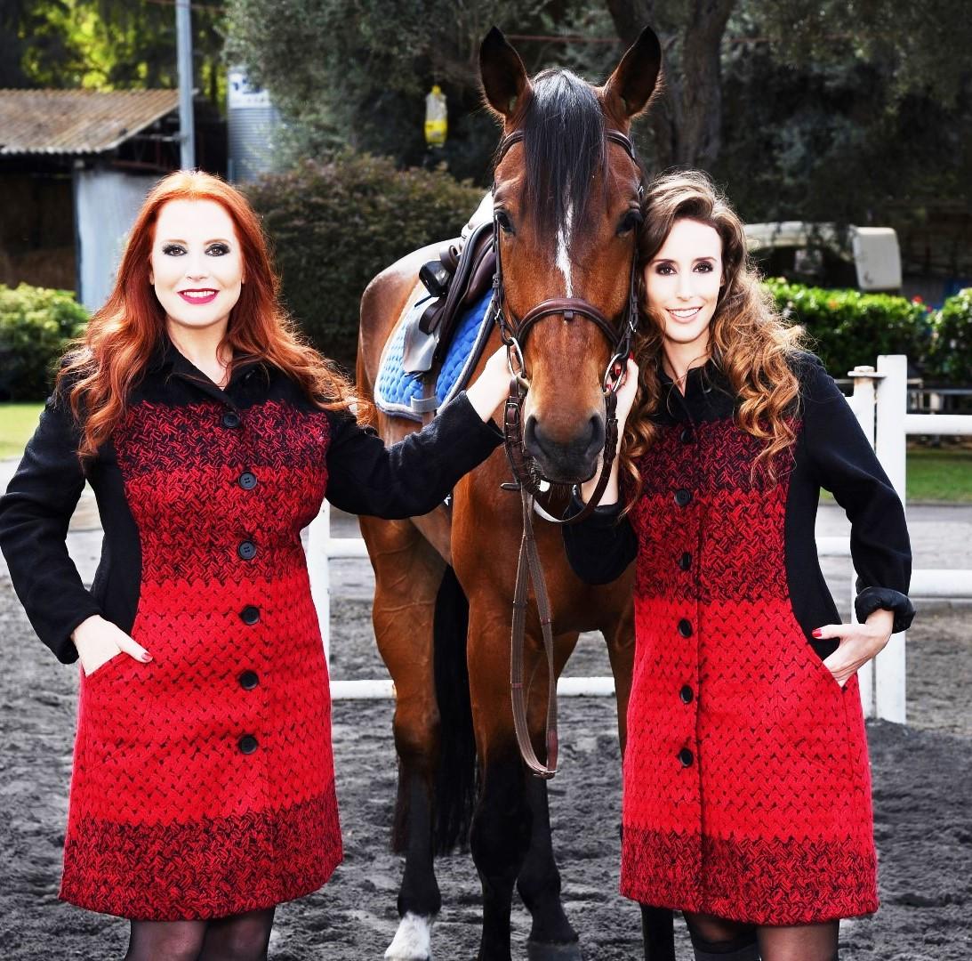 רעומה ובתה שירז לובשות את אותו המעיל המקסים היוצר צללית דקיקה ומרזה גם מי שלא ממש רזה.הסוס מחזק את מקור ההשראה שלה: בית המלוכה הבריטי