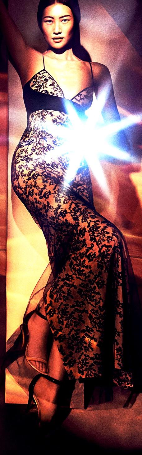 לה פרלה. לראשונה מופיעה דוגמנית על סינית בקמפיין אופנה מערבית. צילום סטיבן קליין