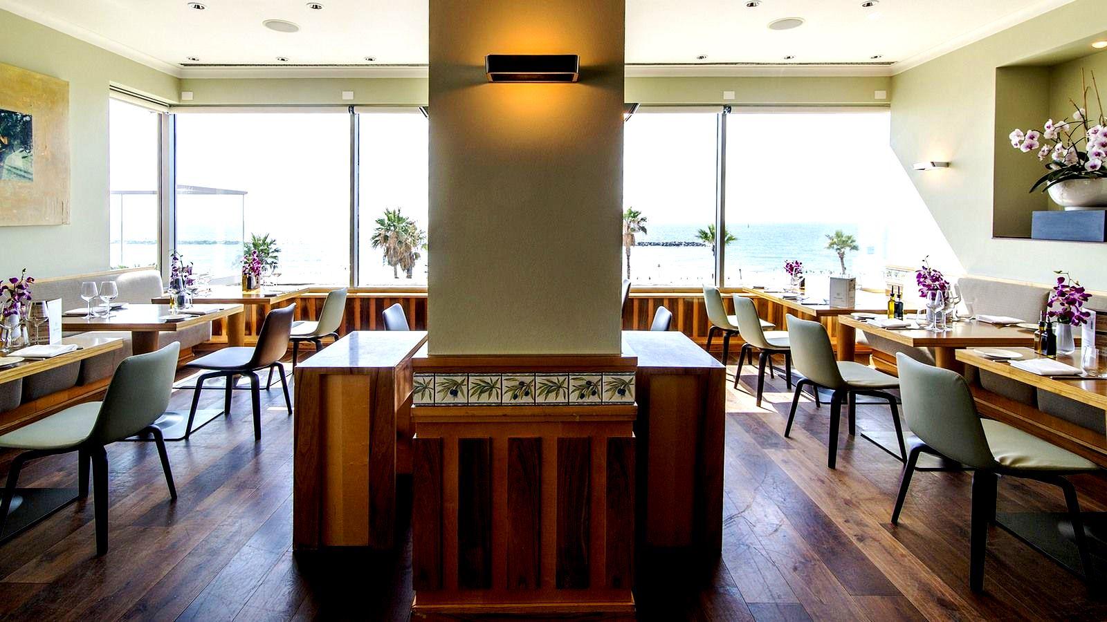 """חלון אל הים התיכון. מסעדת """"אוליב ליף"""" שבה יתקיים אירוע חמישה שפים בחמישה לילות"""