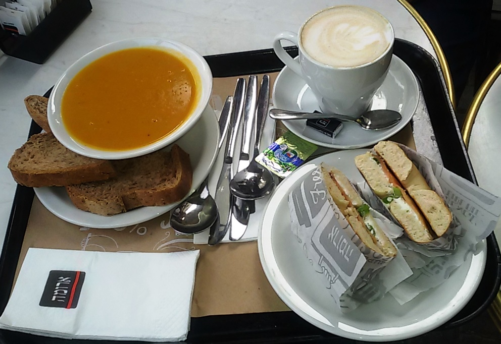 ארומה. מרק כתום, לחם כפרי, בייגל סלמון וקפה הפוך. תפריט חורפי מושלם