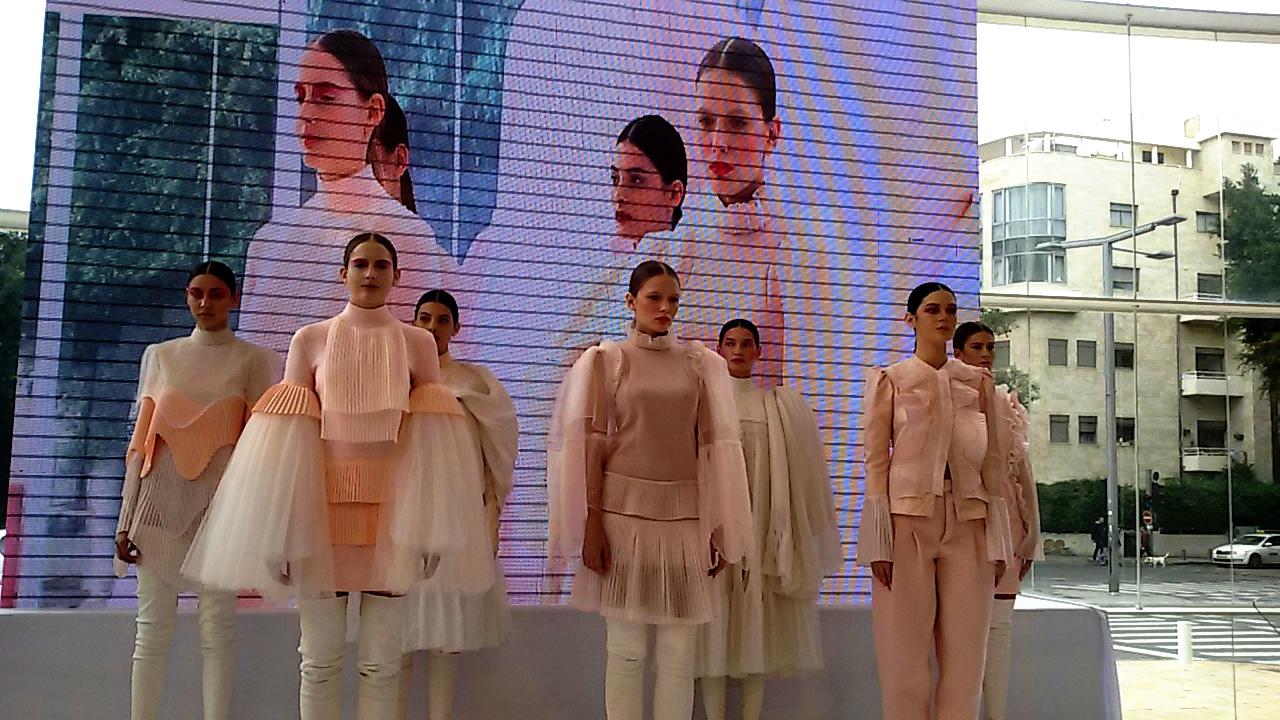 """מופע האופנה בהשקת קולקציית """"החיים בוורוד"""" של מותג האופנה סקארה, בתיאטרון הבימה. צילום נ. גולן"""