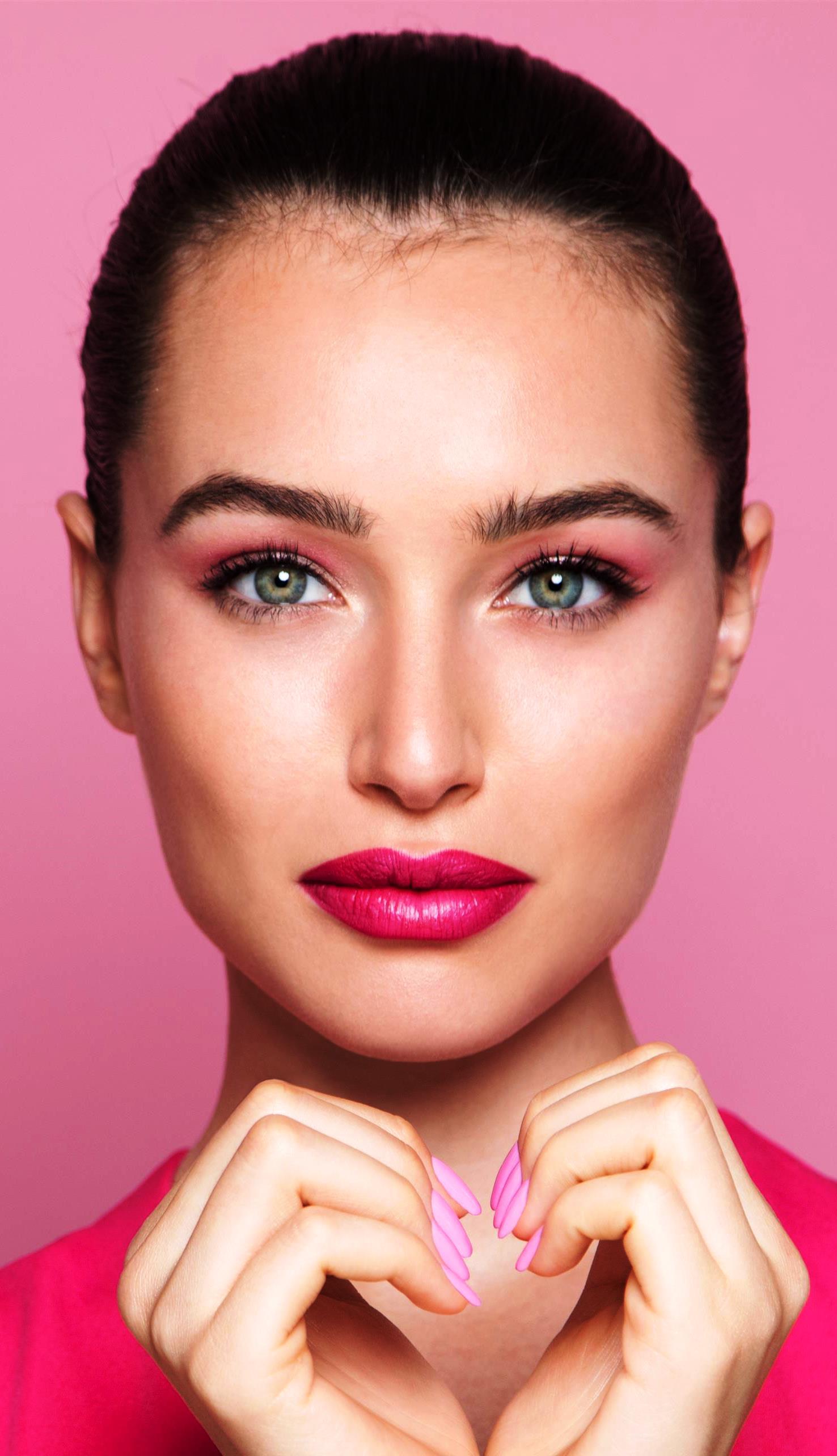 כשצללית העיניים בוורוד בהיר, השפתון צריך להיות ורוד כהה. צילום יניב אדרי