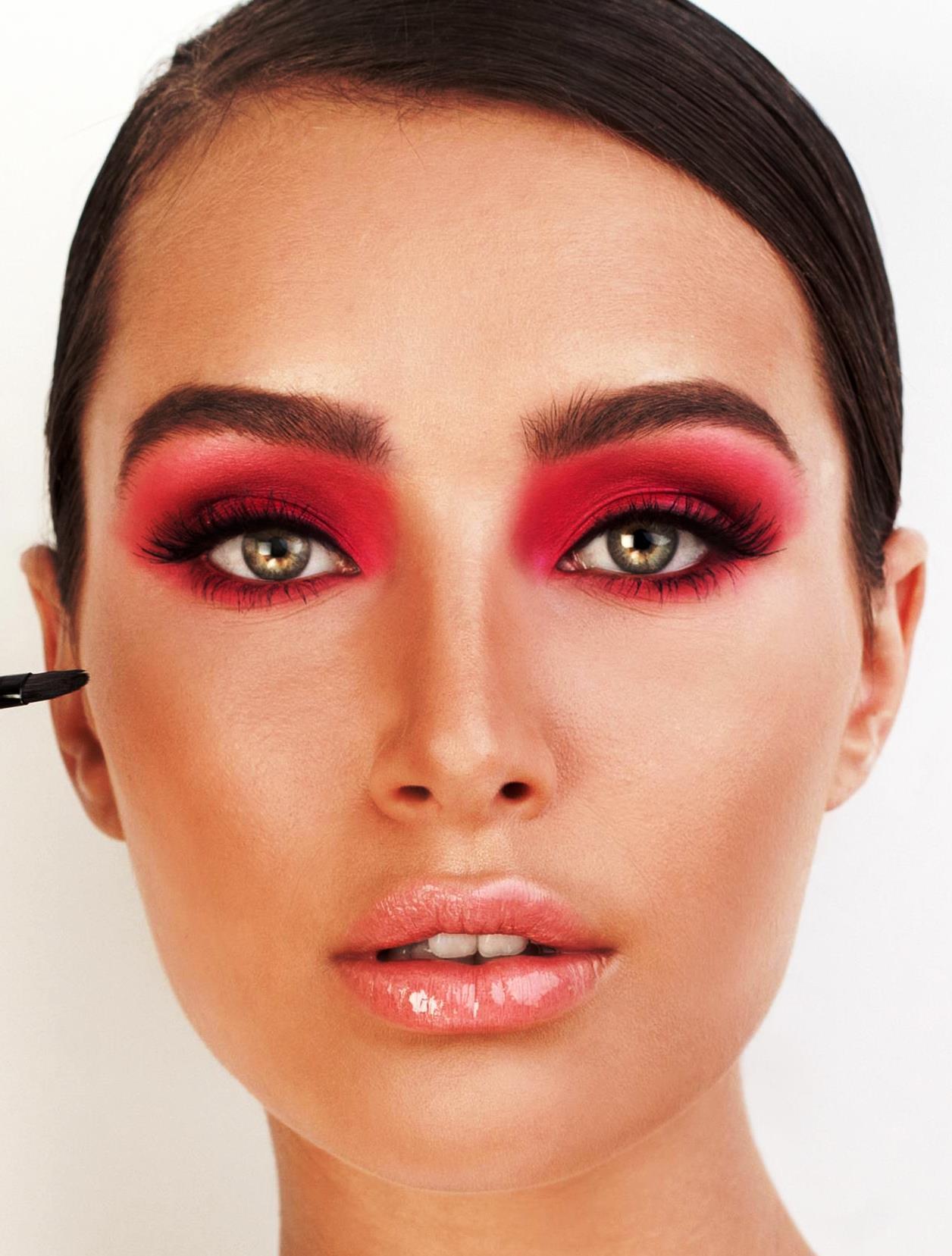 כשצללית העיניים בוורוד כהה השפתון צריך להיות ורוד בהיר. צילום מירב בן לולו