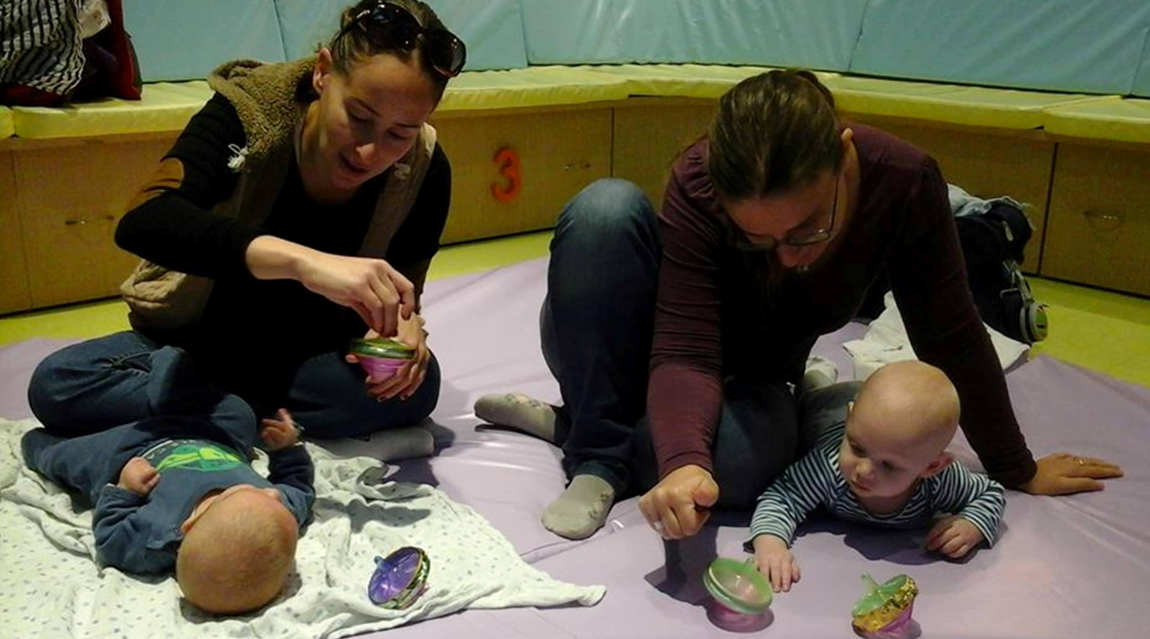 """""""טיף וטף"""" מרכז הפעלה לתינוקות עם פעילות מיוחדת לחנוכה. בצילום: עם סביבונים"""