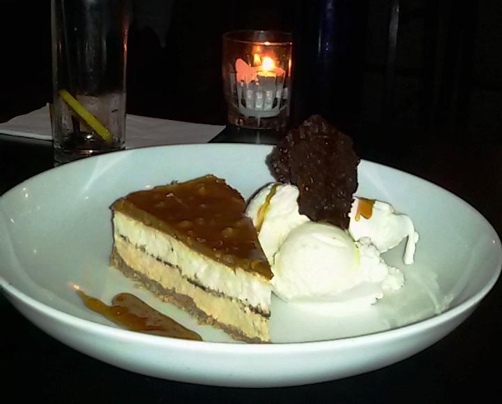 עוגת פאדג' שוקולד חמה עם גלידת וניל