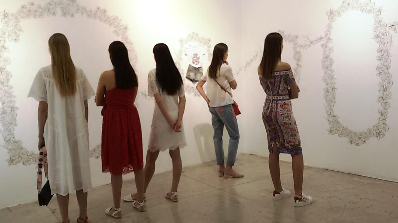 גולף.דוגמניות בפוזה של צופות בתערוכה. צילום נעמי גולן