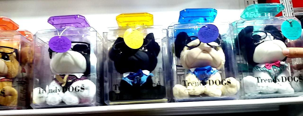 תערוכת גטר קונסיומרס. בובות כלבלבים מדיפות ריח בשמי יוקרה בתוך אריזות דמויי בקבוקי בושם.