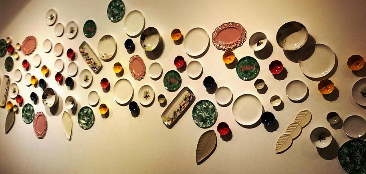 גולף&קו. קולאז' אמנותי של כלי אוכל על קיר המוזיאון. צילום נעמי גולן