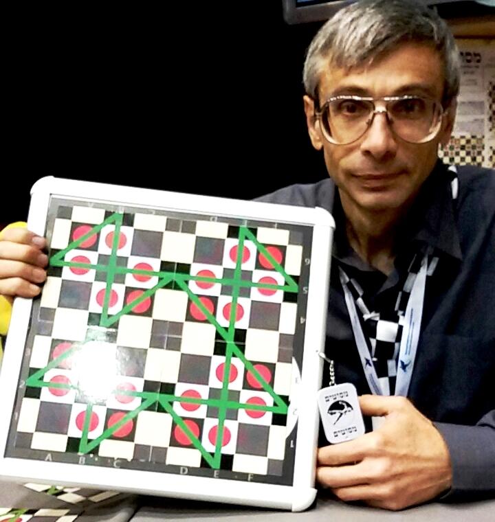"""יבגני פיין מציג ביריד טוי טיים את משחק האסטרטגיה שהמציא """"מסוטים"""""""