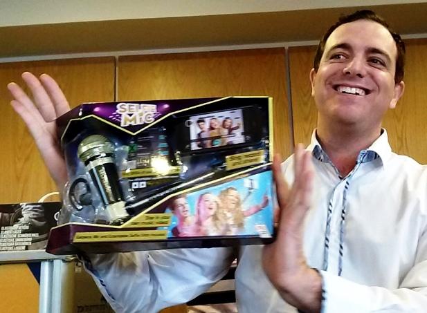 ממציא הסלפי מייק מראה בגאווה את ההמצאה שלו המשווקת על ידי חברת ריטקו, ביריד טוי טיים