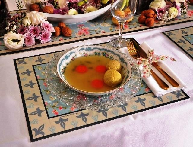 בית קרן דניס. שולחן בסגנון רומנטי. צילום יפית בשבקין