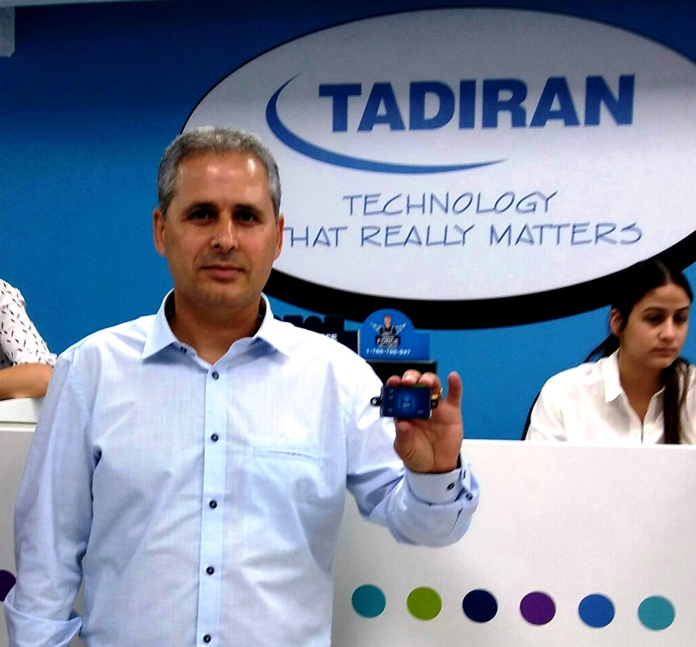 יגאל עמר מנהל חטיבת השירות מציג את קופסית CONNECT ההופכת כל מזגן לדו-כיווני ומחובר לענן