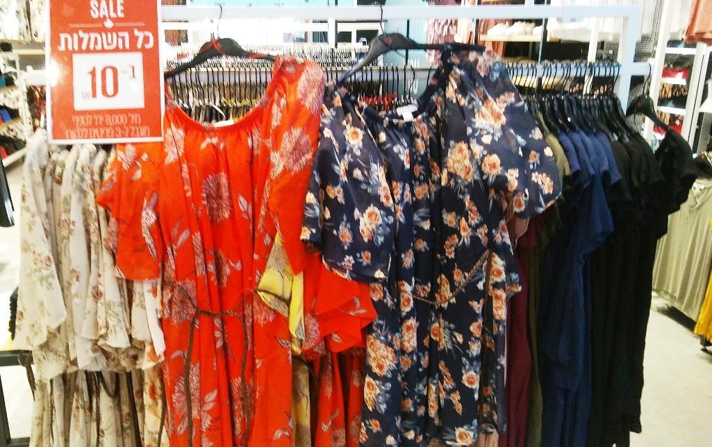 אורבניקה בצומת בילו. שמלות ב-10 שקלים. צילום נעמי גוטקינד-גולן