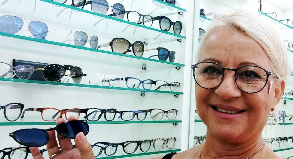 בליסימה. בילי לזר במשקפי תום פורד בסניף המשופץ בתל אביב. צילום נעמי גוטקינד-גולן